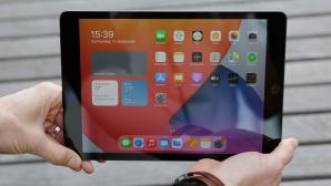 H�nde halten das iPad 10.2 in die Kamera.©COMPUTER BILD