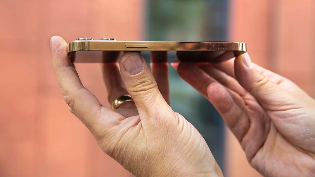 Apple iPhone 13 Pro im Test: Blick auf die Seite