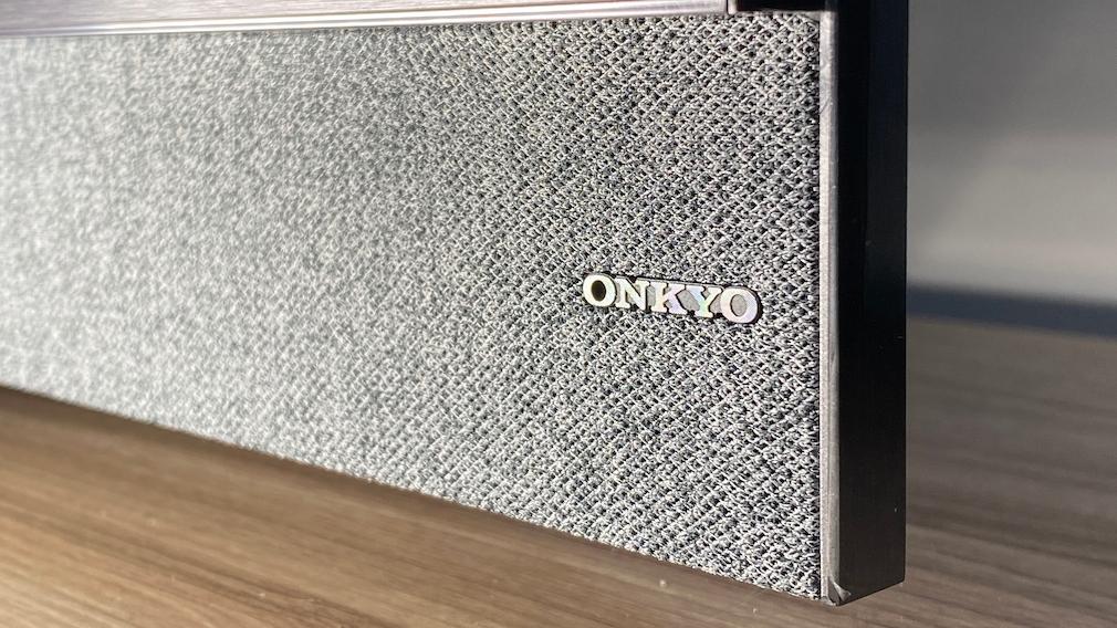 Beim TCL C825 verspricht Onkyo guten Klang – und liefert.