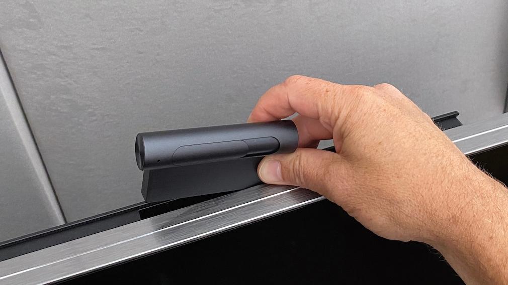 TCL liefert zum C825 eine aufsteckbare Webcam mit.