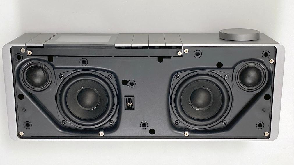 Beim Loewe Klang S1 sind hinter der Stoffabdeckung jeweils zwei hochwertige Hochtöner und Tieftöner versteckt.