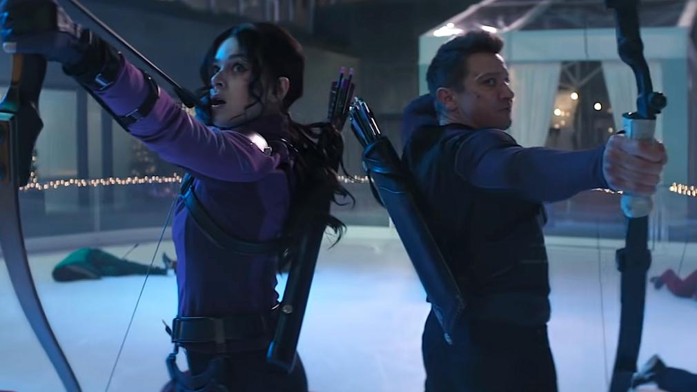 Hawkeye und sein Schützling spannen ihre Bögen.©Screenshot YouTube; Marvel Entertainment