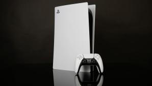 Spielkonsole und Controller vor dunklem Hintergrund.©COMPUTER BILD