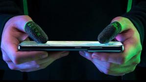 Finger mit Razer-Fingerh�ten tippen auf Smartphone©Razer