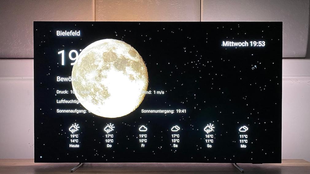 Der Philips OLED806 kann mit seinem Sonnenaufgangs-Ambilight auch als Wecker dienen.