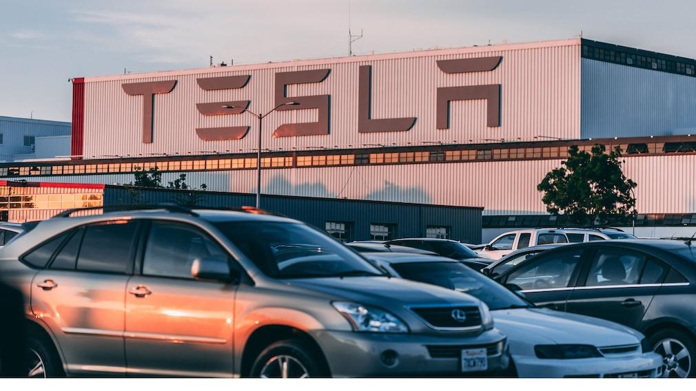 Tesla-Gebäude mit Parkplatz