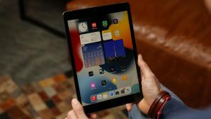 Hände halten ein Apple iPad 10.2.©COMPUTER BILD