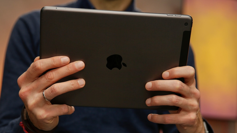 Hände halten das iPad 10.2