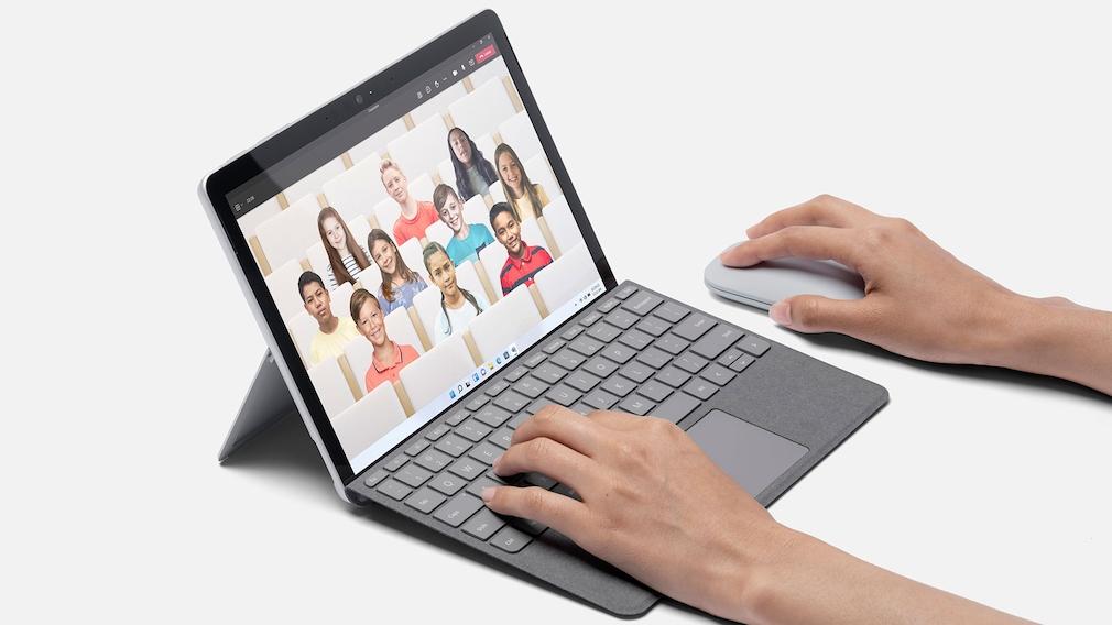 Surface Go 3 vor grauem Hintergrund.