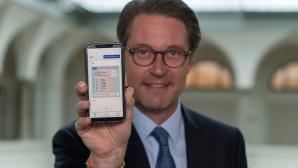 Andreas Scheuer mit digitalem Führerschein©BMVI