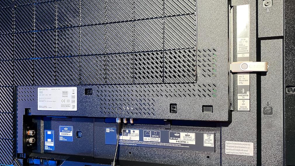 Der Sony Z9J bietet reichlich Anschlüsse für externe Zuspieler, darunter dreimal HDMI 2.1 für 4K bis 120 Hertz.