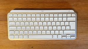 Logitech MX Keys Mini auf einem Tisch©COMPUTER BILD
