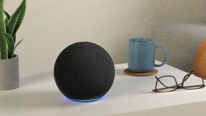 Amazon Echo steht auf einem Tisch neben einer Brille.©Amazon