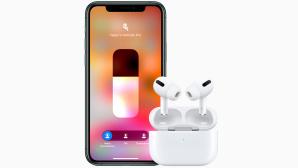 Apple AirPods Pro vor einem iPhone.©Apple