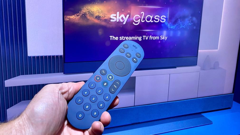 Die Sky Glass Fernbedienung gefällt mit großen, leuchtenden Tasten. Für die Sprachsuche ist ein Mikrofon integriert
