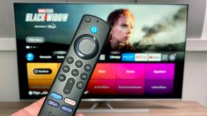 Amazon Fire TV Max im Test: Die neue Fernbedienung hat nun vier Direkt-Tasten für Streaming-Angebote.©COMPUTER BILD