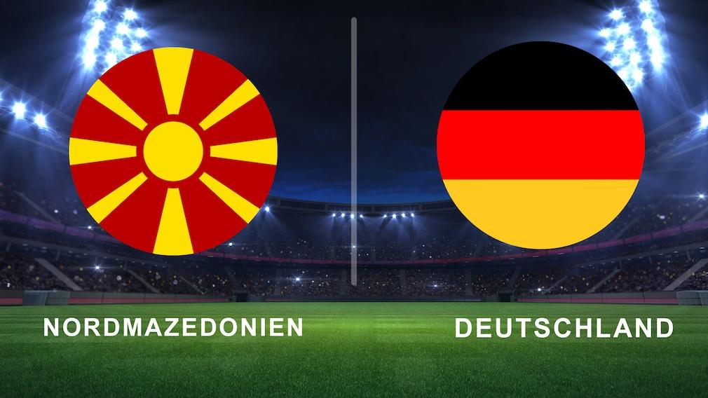 Nordmazedonien- und Deutschland-Fahnen als Fußball auf Rasen