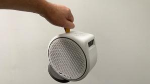 Benq GV30 im Test : Bei nur 1,6 Kilogramm Gewicht genügt für die Trageschlaufe ein Finger.©COMPUTER BILD