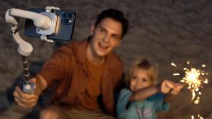Mann und Kind machen Selfie mit dem DJI OM 5©DJI