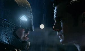 Batman starrt Superman an.