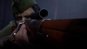 Ein Soldat zielt mit seinem Gewehr in die Dunkelheit.©Sledgehammer / Activision