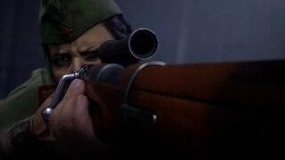 Ein Soldat zielt mit seinem Gewehr in die Dunkelheit.