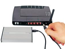 Festplatte an den Router anschließen Das USB-Speichermedium wird per USB-Kabel mit der USB-Buchse des Routers verbunden.