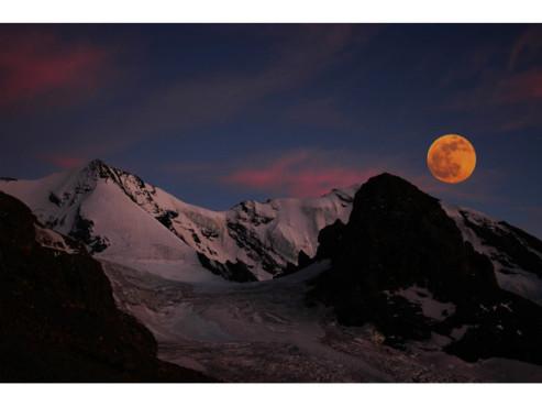 Berglandschaft in der Abenddämmerung