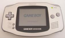 """Vom Game Boy bis zum Nintendo DSi Der """"Game Boy Advance"""" in schlichtem Silber."""