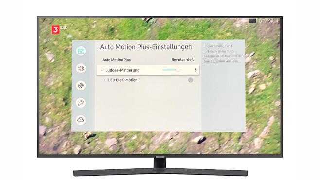 """100-Hertz-Fernseher im Test: So tricksen die Hersteller! Bei Fernsehern mit Bewegungsglättung oder Zwischenbildberechnung wie hier im Beispiel von Samsung lässt sich oft im Menü zwischen Kino-Look (abgeschaltet oder Regler auf Null) und flüssiger Bewegung wählen (Judder-Minderung auf Maximum). Die Option """"LED Clear Motion"""" führt zu flimmernden Bildern.©Samsung, COMPUTER BILD"""
