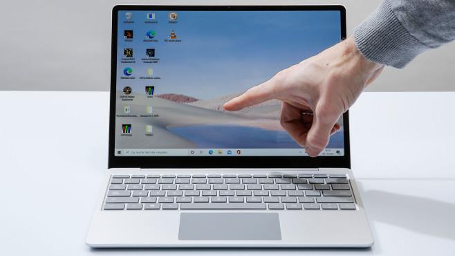 Finger zeigt auf den Microsoft Surface Laptop Go.©COMPUTER BILD