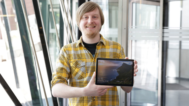 Redakteur hält das Microsoft Surface Go 2©COMPUTER BILD