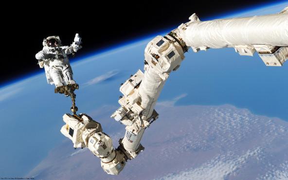 Akrobatik - von STS-114 Crew, ISS Expedition 11 Crew, NASA ©STS-114 Crew, ISS Expedition 11 Crew, NASA