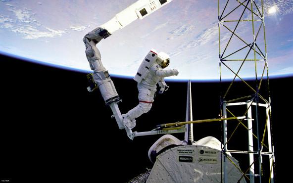 Arbeiten in der Schwerelosigkeit - von NASA ©NASA