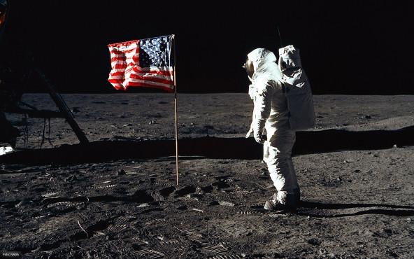 Buzz Aldrin und die US-amerikanische Flagge auf dem Mond - von NASA ©NASA