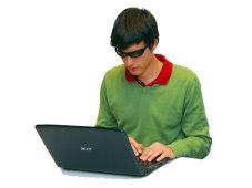 Notebook-Nutzer mit 3D-Brille