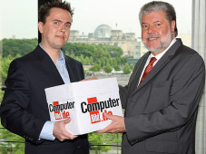 Kurt Beck (SPD), Vorsitzender der Rundfunkkommission der Länder, nimmt die 150.000 Unterschriften der Online-GEZ-Petition von COMPUTER BILD entgegen.©Ralf Günther – BILD
