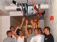 Cyber Mobbing – was ist das, wie schütze ich mich? Erniedrigend: Das Opfer hängt an einem Kellerrohr. Die Peiniger veröffentlichen das Bild im Internet.©Facebook