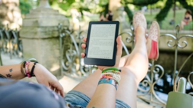 Frau hält eBook-Reader in der Hand©COMPUTER BILD