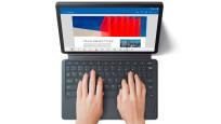 Hände tippen auf der Tastatur des Lenovo Tab P11.©Lenovo