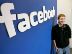 Mark Zuckerberg vor Facebook-Logo©Facebook