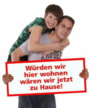 Pärchen trägt Schild. Scheinbar. ©psdisasters.com