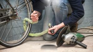 Dieb knackt Fahrradschloss©corepics/Fotolia.com