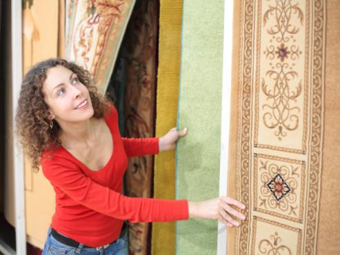 Frau beim Teppichkauf ©Pavel Losevsky - Fotolia.com