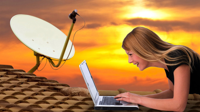 Frau mit Notebook vor Sat-Schüssel©witthaya - Fotolia.com, Franz Pfluegl - Fotolia.com