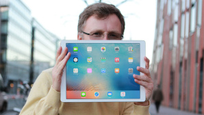 iPad Pro im Test: Das iPad Pro ist riesig. Hinter dem 12,9-Zoll-Display kann man sich glatt verstecken.©COMPUTER BILD