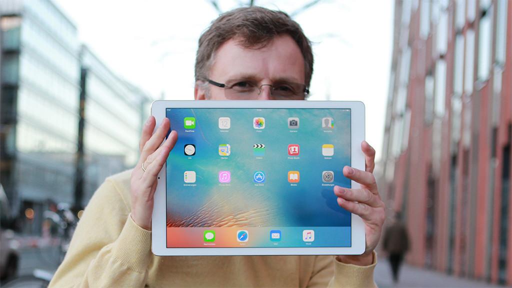 iPad Pro im Praxis-Check: Apple stellt das größte iPad vor! Das iPad Pro ist riesig. Hinter dem 12,9-Zoll-Display kann man sich glatt verstecken.©COMPUTER BILD