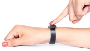 Nymi: Herzschlag als Passwort-Alternative Zwei Sensoren im Nymi: Ein Sensor misst den Pulsschlag und wertet diesen in ein Elektokardiogramm (EKG) aus. Der zweite Sensor dient zur Aktivierung durch einfache Berührung mit dem Finger.©Nymi, Bionym