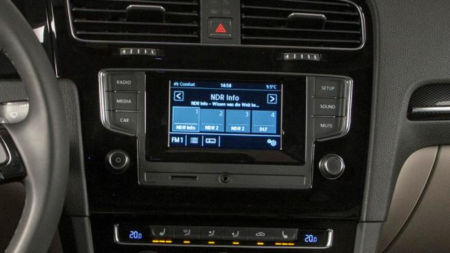 VW Autoradio Composition Touch ©Horst Piezug / AUTO BILD