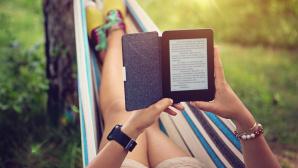Frau in Hängematte liest ein eBook©iStock.com/praetorianphoto